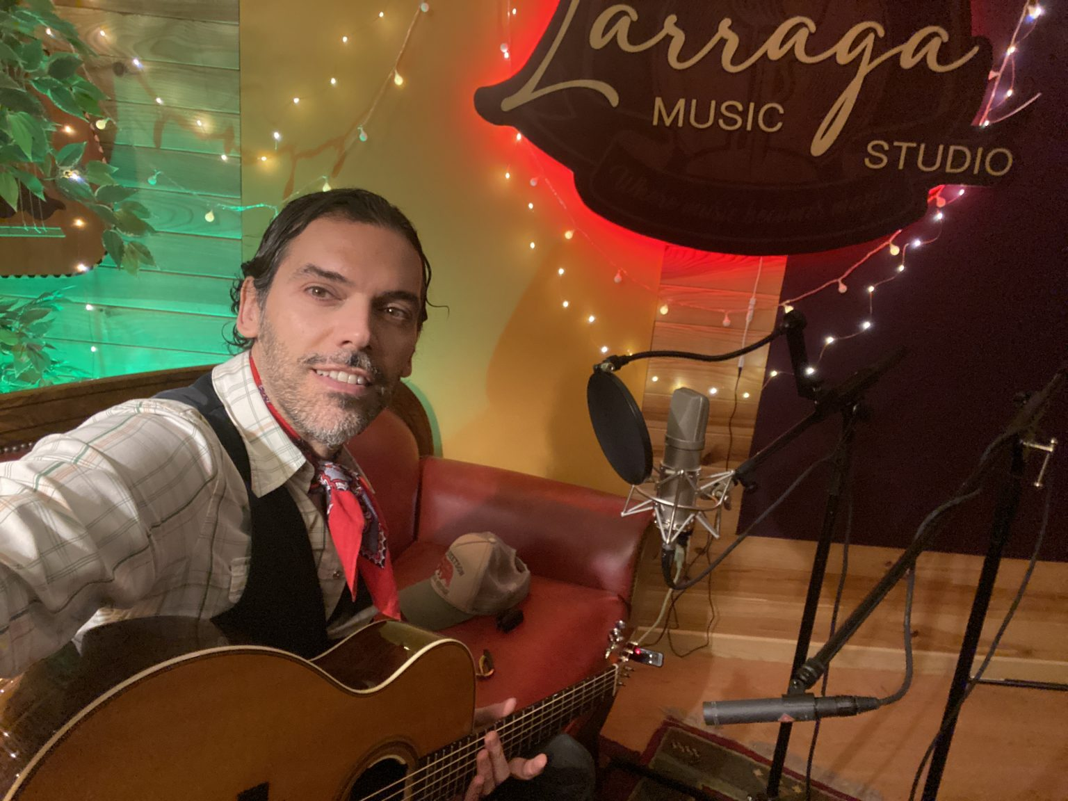 foto en estudio de grabación Alex Larraga